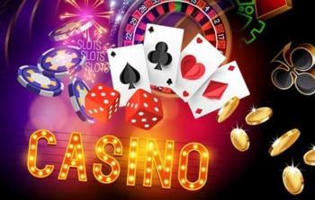 Casino i lysende bokstaver, kort, chips, terninger og fyrverkeri.